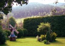 Malowniczy ogród z widokami na pasma górskie.